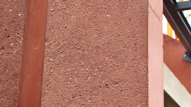 Betonnen muur in het rood